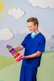 Современный медицинский профессионал с игрушкой пирамиды стоковое фото rf