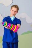 Современный медицинский профессионал с игрушкой пирамиды стоковые изображения