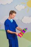 Современный медицинский профессионал с игрушкой пирамиды стоковая фотография rf