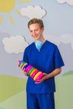 Современный медицинский профессионал с игрушкой пирамиды стоковая фотография