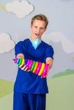 Современный медицинский профессионал с игрушкой пирамиды стоковые фото