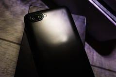 Современный мобильный телефон с большим экраном стоковые фото