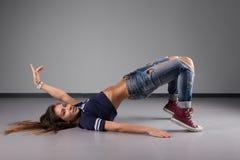 Современный молодой красивый танцор представляя на предпосылке студии Стоковые Изображения RF