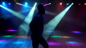 Парень танцует в ночном клубе пластилин клуб москва фитнес