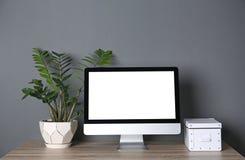 Современный монитор компьютера на таблице против стены Насмешка вверх с космосом для текста стоковая фотография rf