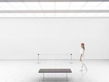 Современный модель-макет стены галереи Прогулка женщины в зале музея Стоковые Фото