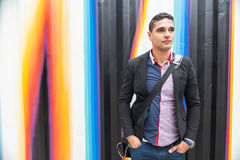Современный молодой человек с арабом с сумкой Стоковое фото RF