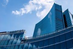 Современный небоскреб с отражениями облаков на окнах Стоковая Фотография