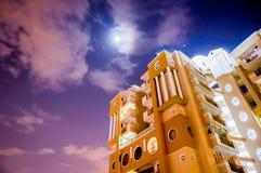Современный небоскреб с пасмурной небом освещенным луной Стоковые Фото