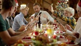 Современный обедающий Xmas семьи сток-видео
