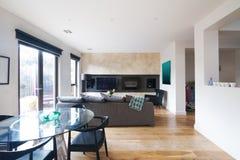Современный обеденный стол и комната открытого плана живущая в Австралии Стоковая Фотография