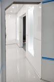 Современный домашний интерьер прихожей Белые plactic панели и плитки Футуристический внутренний дизайн концепции Космический кора Стоковые Изображения RF