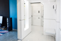 Современный домашний интерьер прихожей Белые plactic панели и плитки Футуристический внутренний дизайн концепции Космический кора Стоковое Фото