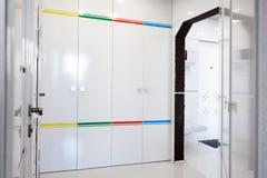Современный домашний интерьер прихожей Белые plactic панели и плитки Футуристический внутренний дизайн концепции Космический кора Стоковое Изображение