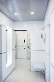 Современный домашний интерьер прихожей Белые plactic панели и плитки Футуристический внутренний дизайн концепции Космический кора Стоковые Фотографии RF