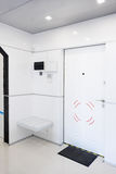 Современный домашний интерьер прихожей Белые plactic панели и плитки Футуристический внутренний дизайн концепции Космический кора Стоковое Изображение RF
