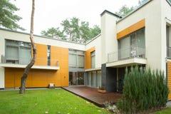 Современный дом во время дня осени Стоковое фото RF
