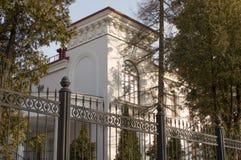 Современный дом за загородкой Стоковые Фото