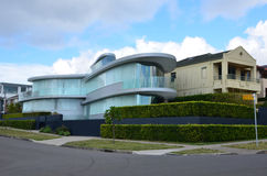 Современный дом стекла на улице розового залива Сидней Ла города Стоковые Изображения