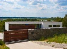 Современный дом с каменной загородкой стоковая фотография rf