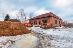 Современный дом с террасой под конструкцией remodel и конструкционный материал для реновации стоковое изображение