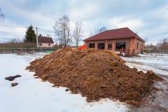 Современный дом с террасой под конструкцией remodel и конструкционный материал для реновации стоковое фото
