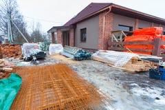 Современный дом с террасой под конструкцией remodel и конструкционный материал для реновации стоковая фотография