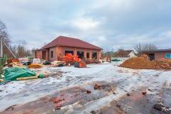 Современный дом с террасой под конструкцией remodel и конструкционный материал для реновации стоковые фото