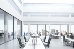 Современный офис открытого пространства с большими окнами и мебелью Стоковое Фото