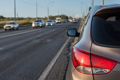 Современный пассажирский автомобиль на дороге Стоковое Фото