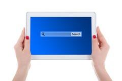 Современный ПК таблетки с баром поиска на экране в женщине вручает isola Стоковое фото RF