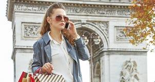 Современный покупатель женщины в Париже, Франции используя покупателя smartphone Стоковое Фото