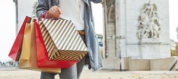 Современный покупатель женщины в Париже, Франции используя покупателя smartphone Стоковые Фото