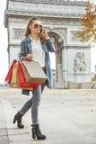 Современный покупатель женщины в Париже, Франции используя покупателя smartphone Стоковые Фотографии RF