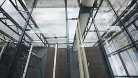 Современный потолок детал-стекла архитектуры в офисном здании съемка steadicam видеоматериал