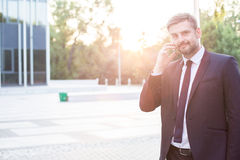 Современный предприниматель с мобильным телефоном Стоковая Фотография RF