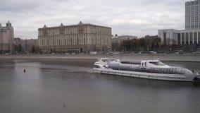 Современный прогулочный катер на реке Москвы акции видеоматериалы