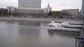 Современный прогулочный катер на реке Москвы сток-видео