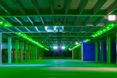Современный пустой гараж на ноче стоковые фото