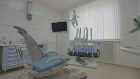 Современный пустой зубоврачебный офис с зубоврачебными стулом и оборудованием сток-видео