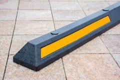 Современный резиновый барьер для автомобилей в стоянке лета в улице стоковое фото