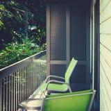 Современный ретро балкон мотеля стиля обозревая сочный тропический Garde Стоковые Изображения