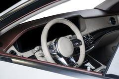 Современный роскошный автомобиль внутрь Интерьер автомобиля престижности современного Удобные кожаные места Арена красного цвета  Стоковое фото RF