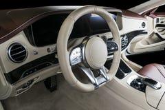 Современный роскошный автомобиль внутрь Интерьер автомобиля престижности современного Удобные кожаные места Арена красного цвета  Стоковое Изображение RF