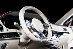 Современный роскошный автомобиль внутрь Интерьер автомобиля престижности современного Автомобиль ComfoModern роскошный внутрь Инт Стоковые Изображения RF