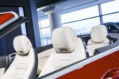 Современный роскошный автомобиль внутрь Интерьер автомобиля cabriolet престижности современного Удобные кожаные места Белая пефор Стоковые Изображения