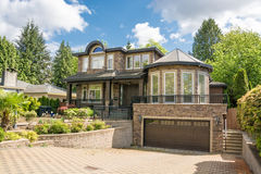 Современный роскошный жилой дом с вымощенной подъездной дорогой Стоковые Изображения RF