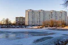 Современный русский город на береге пруда в зиме Стоковое фото RF