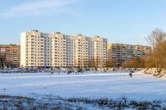 Современный русский город на береге пруда в зиме Стоковое Изображение RF