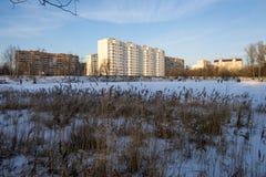 Современный русский город на береге пруда в зиме Стоковые Фотографии RF